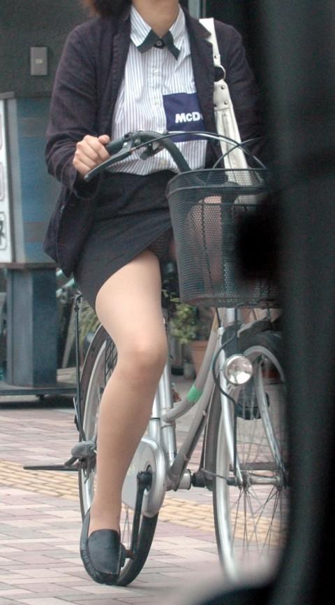 【自転車パンチラ】ミニスカ姿のまま自転車漕ぐまんさん、ガッツリパンチラを盗撮される!!(エロ画像33枚)・29枚目