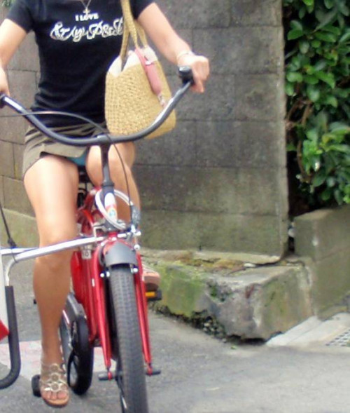 【自転車パンチラ】ミニスカ姿のまま自転車漕ぐまんさん、ガッツリパンチラを盗撮される!!(エロ画像33枚)・32枚目
