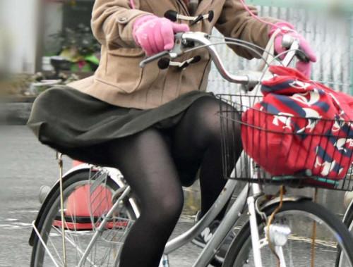 【自転車パンチラ】ミニスカ姿のまま自転車漕ぐまんさん、ガッツリパンチラを盗撮される!!(エロ画像33枚)・33枚目
