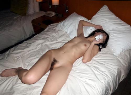 【事後エロ】セックス終わってティッシュでマンコ拭き拭きしてる情緒もへったくれも無いエロ画像(41枚)・38枚目