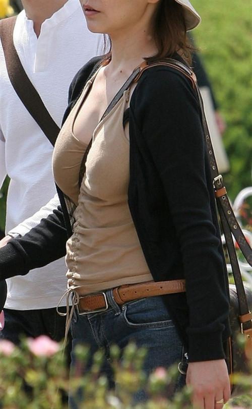 """【パイスラ画像】鞄を斜め掛けにしておっぱいを強調してる素人女性の""""街撮りパイスラ""""エロ画像・2枚目"""