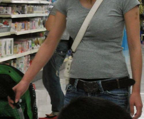 """【パイスラ画像】鞄を斜め掛けにしておっぱいを強調してる素人女性の""""街撮りパイスラ""""エロ画像・3枚目"""