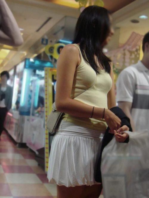 """【パイスラ画像】鞄を斜め掛けにしておっぱいを強調してる素人女性の""""街撮りパイスラ""""エロ画像・5枚目"""