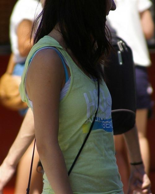 """【パイスラ画像】鞄を斜め掛けにしておっぱいを強調してる素人女性の""""街撮りパイスラ""""エロ画像・6枚目"""