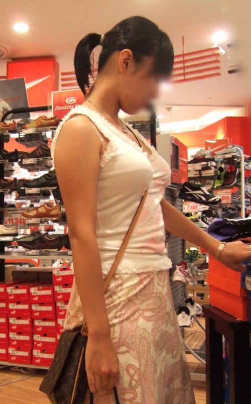 """【パイスラ画像】鞄を斜め掛けにしておっぱいを強調してる素人女性の""""街撮りパイスラ""""エロ画像・7枚目"""