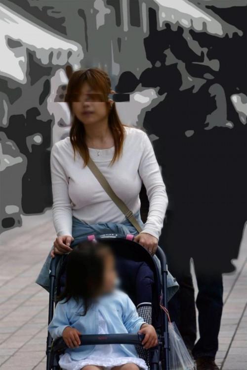 """【パイスラ画像】鞄を斜め掛けにしておっぱいを強調してる素人女性の""""街撮りパイスラ""""エロ画像・10枚目"""