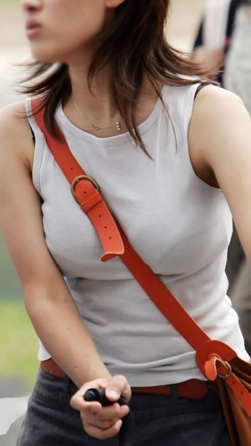 """【パイスラ画像】鞄を斜め掛けにしておっぱいを強調してる素人女性の""""街撮りパイスラ""""エロ画像・12枚目"""