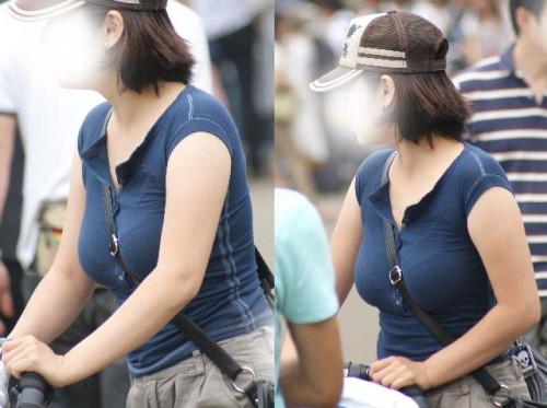 """【パイスラ画像】鞄を斜め掛けにしておっぱいを強調してる素人女性の""""街撮りパイスラ""""エロ画像・14枚目"""