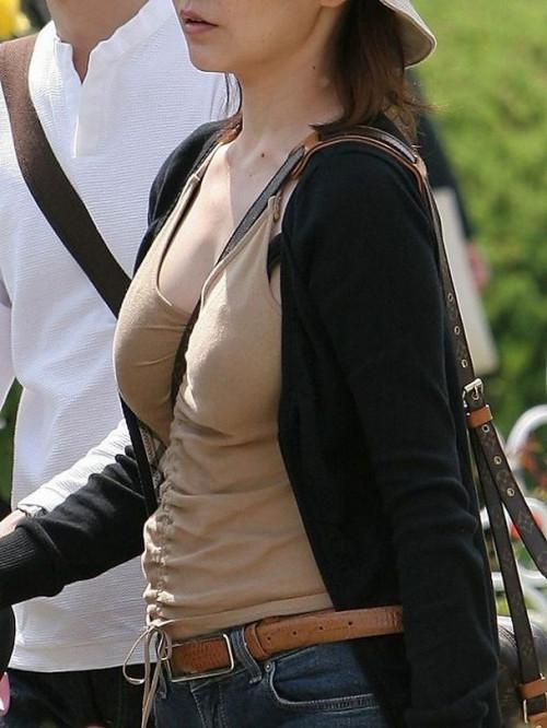 """【パイスラ画像】鞄を斜め掛けにしておっぱいを強調してる素人女性の""""街撮りパイスラ""""エロ画像・16枚目"""