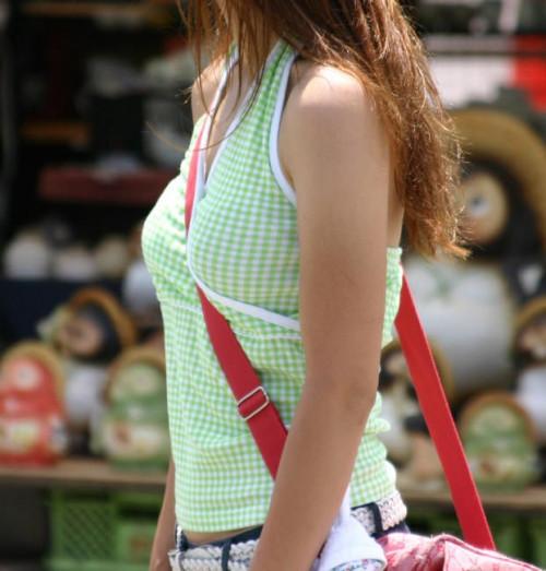 """【パイスラ画像】鞄を斜め掛けにしておっぱいを強調してる素人女性の""""街撮りパイスラ""""エロ画像・20枚目"""