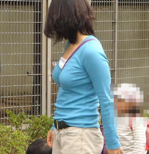 """【パイスラ画像】鞄を斜め掛けにしておっぱいを強調してる素人女性の""""街撮りパイスラ""""エロ画像・28枚目"""