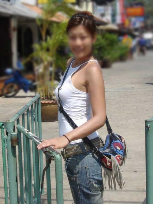"""【パイスラ画像】鞄を斜め掛けにしておっぱいを強調してる素人女性の""""街撮りパイスラ""""エロ画像・31枚目"""