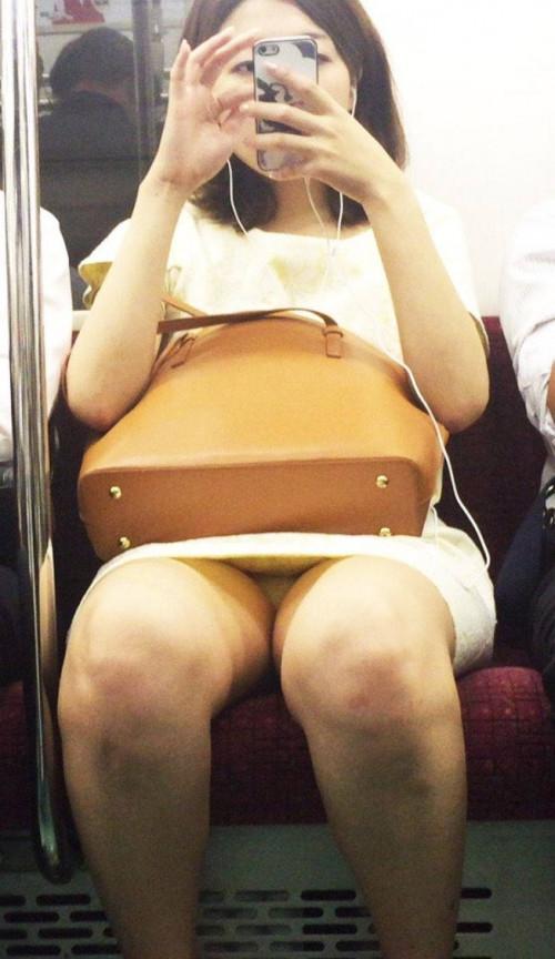 """【電車パンチラ】スマホを見てるフリして対面のお姉さんのパンチラを盗撮してる""""電車パンチラ盗撮""""のエロ画像・1枚目"""