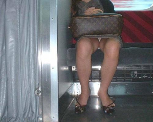 """【電車パンチラ】スマホを見てるフリして対面のお姉さんのパンチラを盗撮してる""""電車パンチラ盗撮""""のエロ画像・7枚目"""