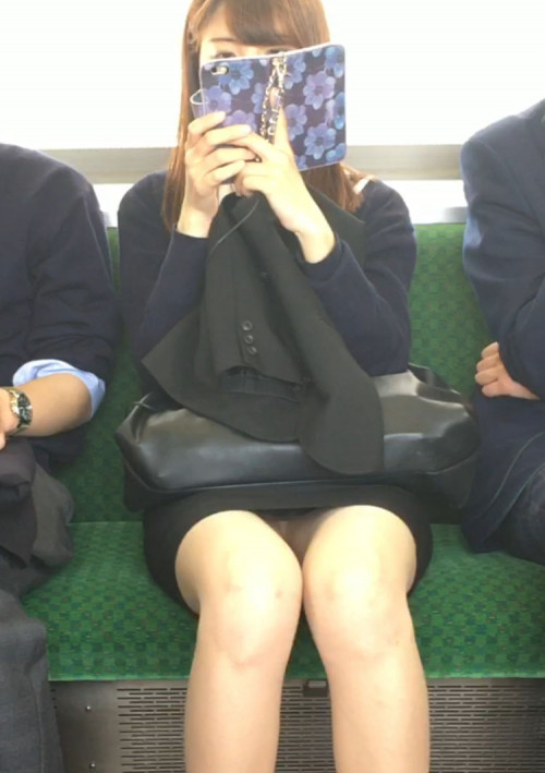 """【電車パンチラ】スマホを見てるフリして対面のお姉さんのパンチラを盗撮してる""""電車パンチラ盗撮""""のエロ画像・8枚目"""