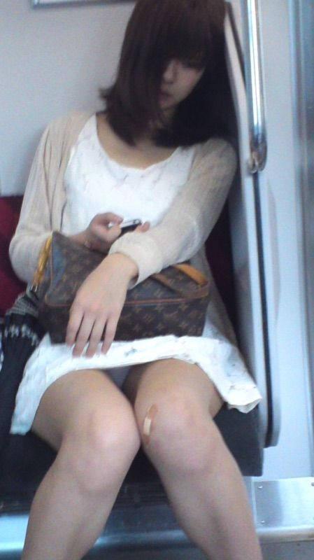 """【電車パンチラ】スマホを見てるフリして対面のお姉さんのパンチラを盗撮してる""""電車パンチラ盗撮""""のエロ画像・16枚目"""