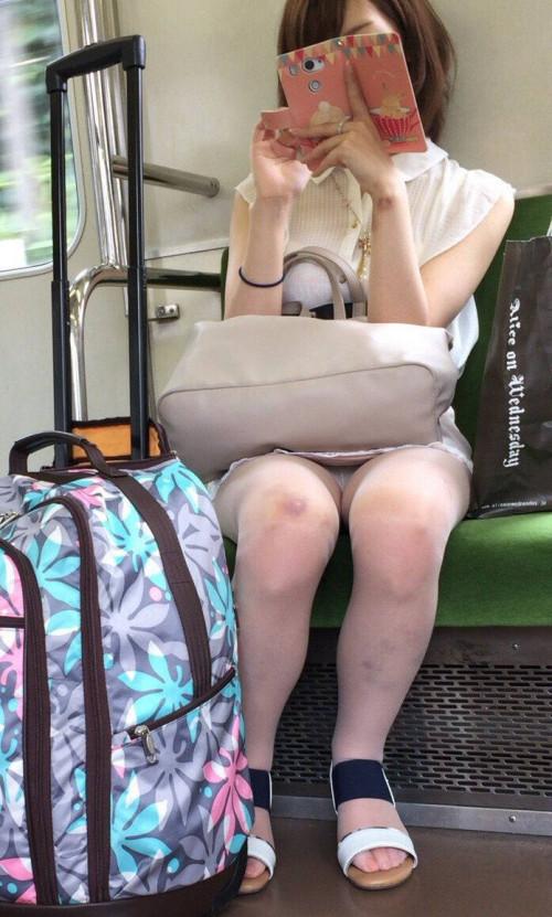 """【電車パンチラ】スマホを見てるフリして対面のお姉さんのパンチラを盗撮してる""""電車パンチラ盗撮""""のエロ画像・19枚目"""