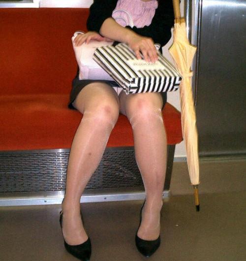 """【電車パンチラ】スマホを見てるフリして対面のお姉さんのパンチラを盗撮してる""""電車パンチラ盗撮""""のエロ画像・20枚目"""