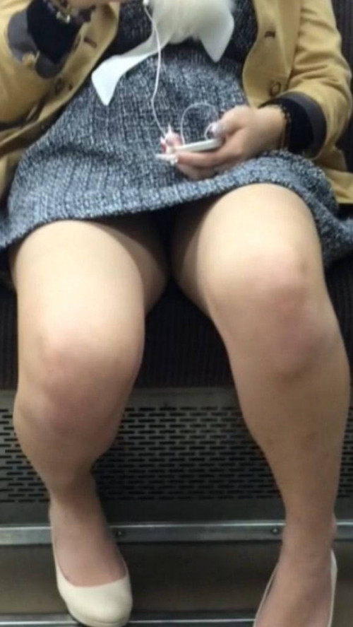 """【電車パンチラ】スマホを見てるフリして対面のお姉さんのパンチラを盗撮してる""""電車パンチラ盗撮""""のエロ画像・24枚目"""