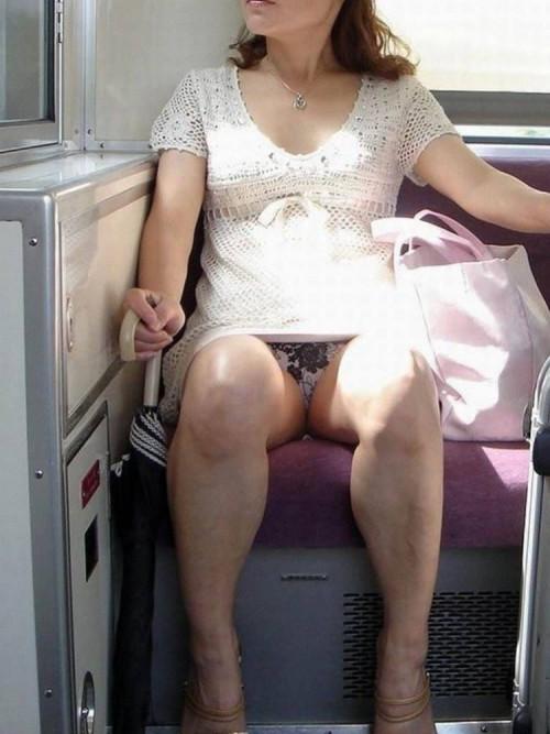 """【電車パンチラ】スマホを見てるフリして対面のお姉さんのパンチラを盗撮してる""""電車パンチラ盗撮""""のエロ画像・31枚目"""