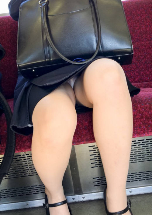 """【電車パンチラ】スマホを見てるフリして対面のお姉さんのパンチラを盗撮してる""""電車パンチラ盗撮""""のエロ画像・33枚目"""