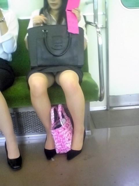 """【電車パンチラ】スマホを見てるフリして対面のお姉さんのパンチラを盗撮してる""""電車パンチラ盗撮""""のエロ画像・34枚目"""
