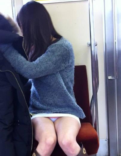 """【電車パンチラ】スマホを見てるフリして対面のお姉さんのパンチラを盗撮してる""""電車パンチラ盗撮""""のエロ画像・36枚目"""