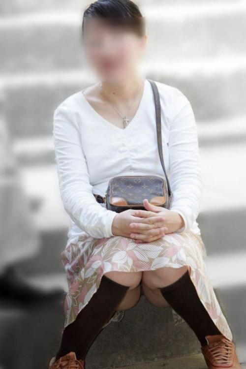 【パンチラ盗撮】その辺で不用意にしゃがんじゃう素人ママさんの街撮りパンチラ画像・6枚目