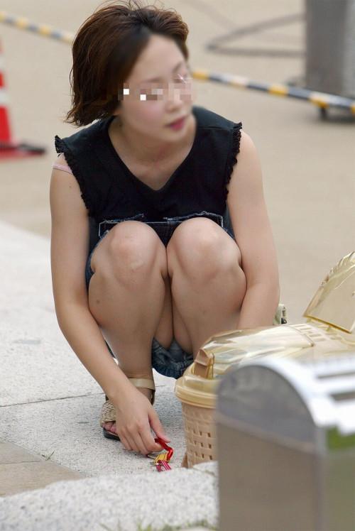 【パンチラ盗撮】その辺で不用意にしゃがんじゃう素人ママさんの街撮りパンチラ画像・16枚目