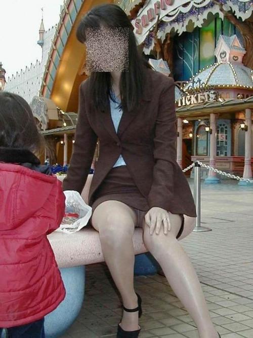 【パンチラ盗撮】その辺で不用意にしゃがんじゃう素人ママさんの街撮りパンチラ画像・17枚目