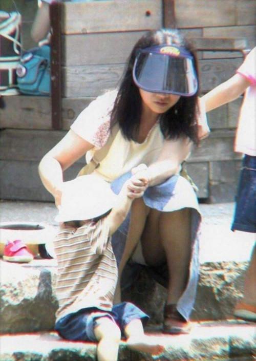 【パンチラ盗撮】その辺で不用意にしゃがんじゃう素人ママさんの街撮りパンチラ画像・25枚目