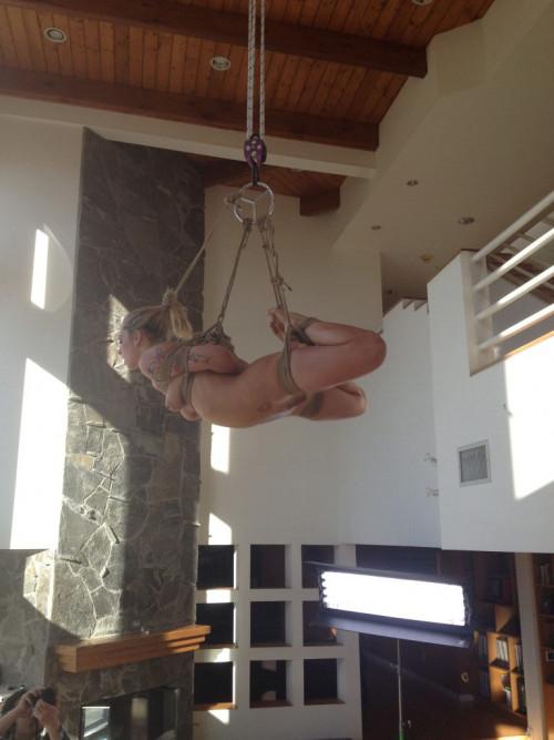 """【SM宙吊り】一歩間違えたら首が絞まっちゃいそうな外人ネキ""""宙吊り縛り""""のエロ画像・8枚目"""