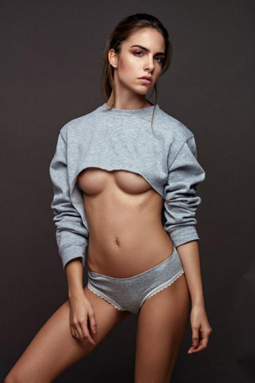 【下乳エロ】服をめくってチラッと見える最高の角度から眺める下乳おっぱいのエロ画像・13枚目