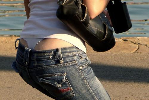 """【ローライズエロ】ズリ下げたパンツの後ろからおもっくそ見えてる""""ローライズTバック""""のエロ画像・10枚目"""