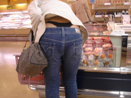 """【ローライズエロ】ズリ下げたパンツの後ろからおもっくそ見えてる""""ローライズTバック""""のエロ画像・27枚目"""