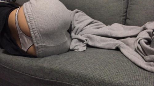 """【ローライズエロ】ズリ下げたパンツの後ろからおもっくそ見えてる""""ローライズTバック""""のエロ画像・32枚目"""