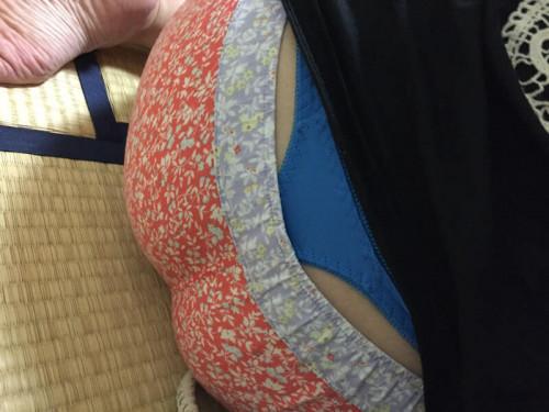 """【ローライズエロ】ズリ下げたパンツの後ろからおもっくそ見えてる""""ローライズTバック""""のエロ画像・37枚目"""