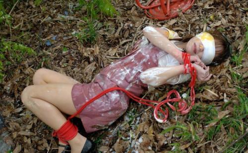 【胸糞エロ】レイプされてその辺に放置されてるアフターレイプのエロ画像が胸糞過ぎ・・・・・15枚目