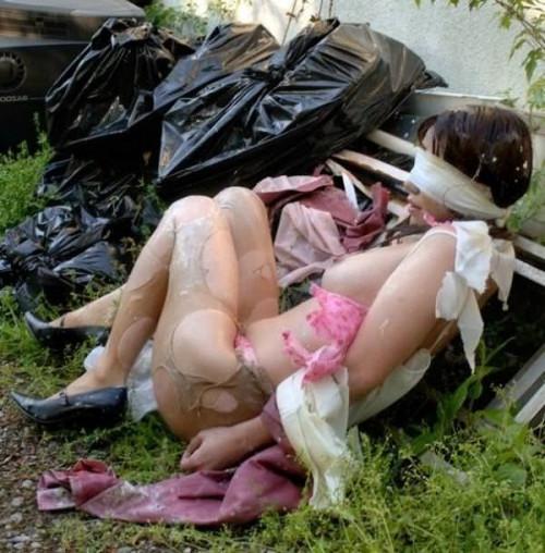 【胸糞エロ】レイプされてその辺に放置されてるアフターレイプのエロ画像が胸糞過ぎ・・・・・30枚目