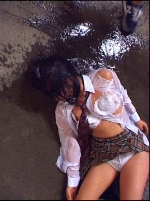 【胸糞エロ】レイプされてその辺に放置されてるアフターレイプのエロ画像が胸糞過ぎ・・・・・31枚目