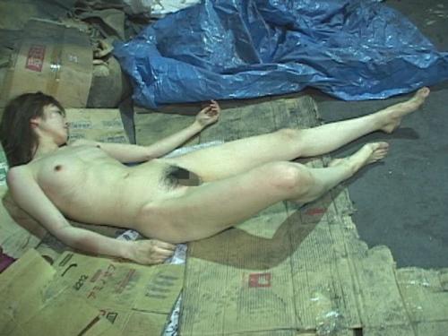 【胸糞エロ】レイプされてその辺に放置されてるアフターレイプのエロ画像が胸糞過ぎ・・・・・36枚目