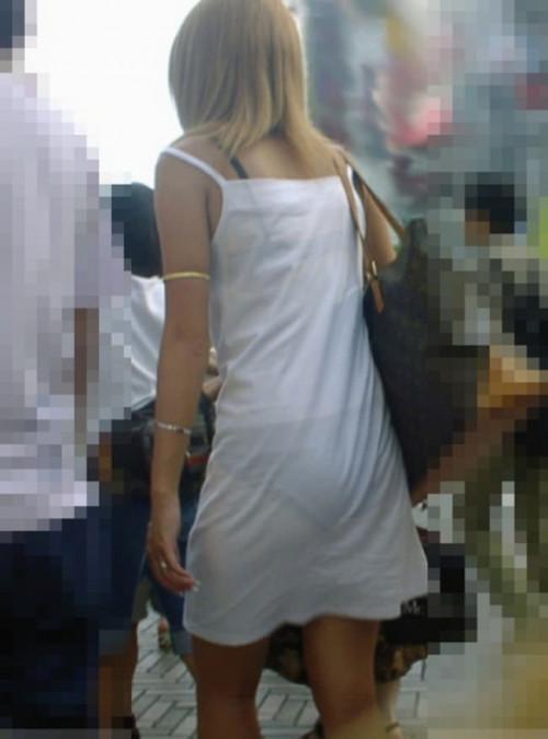 """【透けパン】白いパンツやスカートから下着が思っくそ透けてる""""透けパン素人""""の街撮りエロ画像・2枚目"""