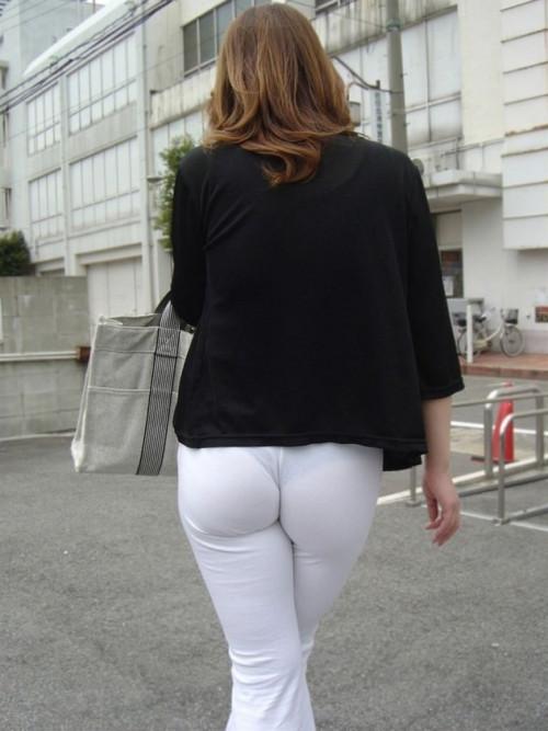 """【透けパン】白いパンツやスカートから下着が思っくそ透けてる""""透けパン素人""""の街撮りエロ画像・4枚目"""