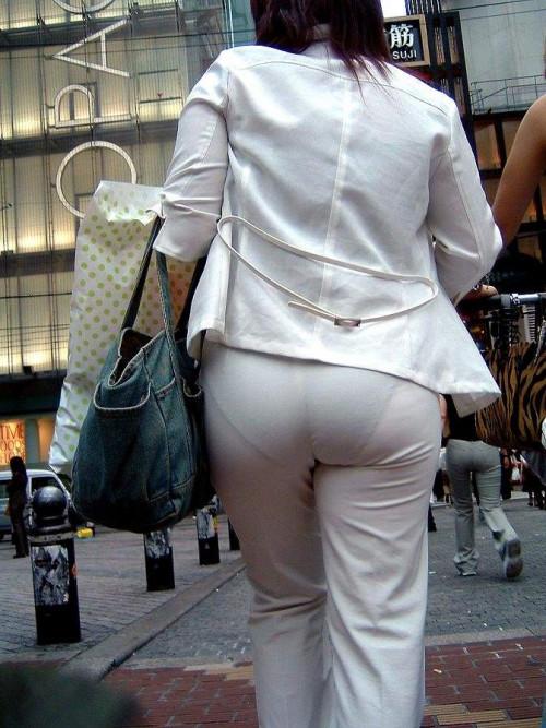 """【透けパン】白いパンツやスカートから下着が思っくそ透けてる""""透けパン素人""""の街撮りエロ画像・18枚目"""