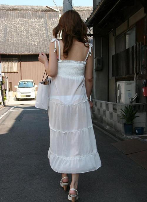 """【透けパン】白いパンツやスカートから下着が思っくそ透けてる""""透けパン素人""""の街撮りエロ画像・22枚目"""