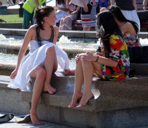 【外人パンチラ】ド派手な色から純白まで色んな色で目を楽しませてくれる外人街撮りパンチラ画像・38枚目