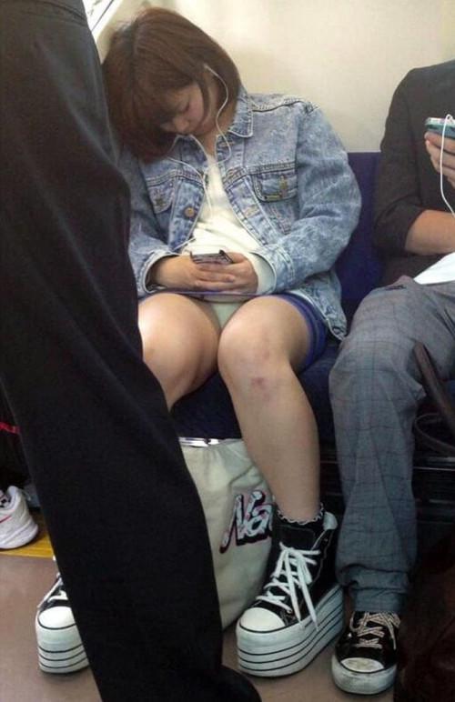 【電車パンチラ】あまりにハイリスク過ぎな電車内対面座席からのパンチラ盗撮!!・1枚目