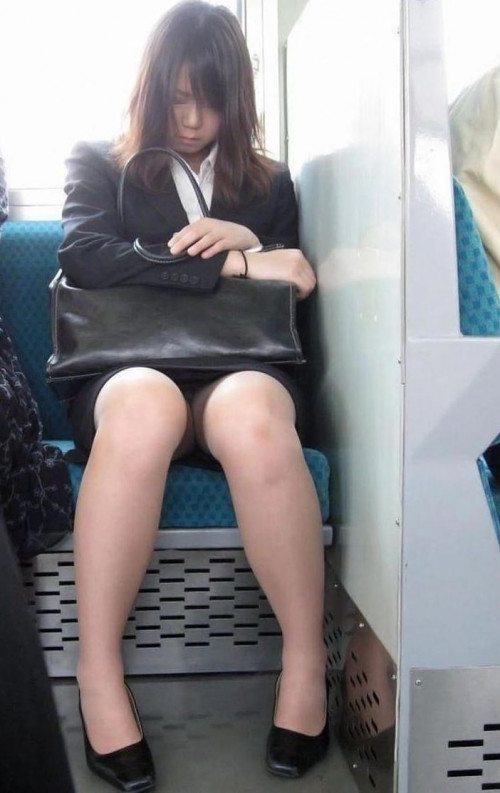 【電車パンチラ】あまりにハイリスク過ぎな電車内対面座席からのパンチラ盗撮!!・2枚目