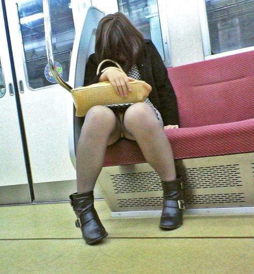【電車パンチラ】あまりにハイリスク過ぎな電車内対面座席からのパンチラ盗撮!!・3枚目