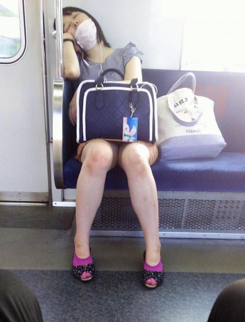 【電車パンチラ】あまりにハイリスク過ぎな電車内対面座席からのパンチラ盗撮!!・6枚目